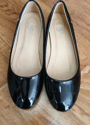 Туфлі чорні лаковані.