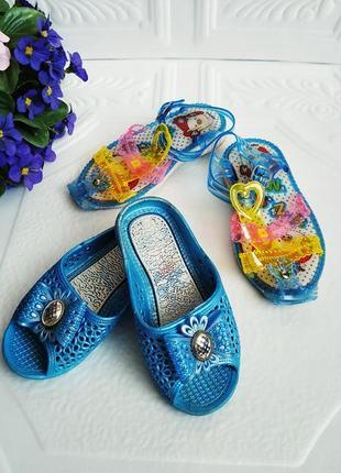 Две пары летней обуви для пляжа - шлепанцы и босоножки