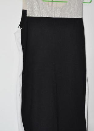 Черное платье с белыми полосами по бокам и золотистой вставкой