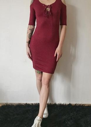Платье по фигуре с открытыми плечами и шнуровкой на груди