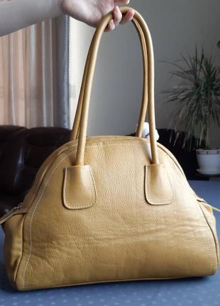 Кожаная красивая сумка горчичного цвета фирмы l'credi