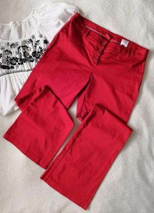 Красные штаны на пуговицах клеш