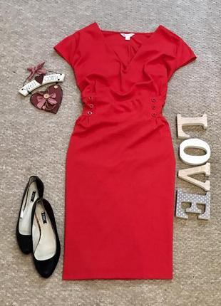 Красивое платье сочного красного цвета