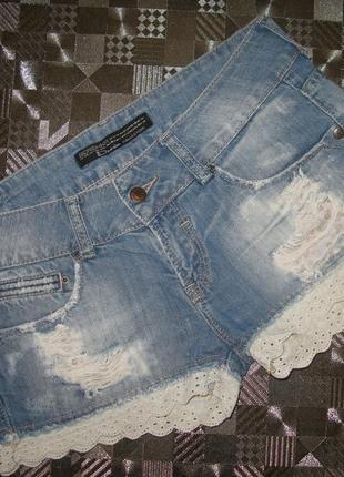 Короткие джинсовые шорты bershka с потертостями, разрывами и кружевом xs-s