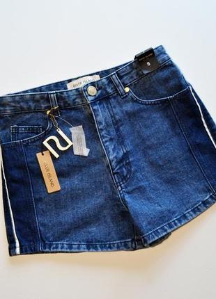 Стильный джинсовые шорты с лампасами