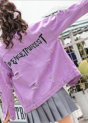 Женская короткая джинсовая куртка рванка с надписями сиреневая