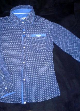 Классная и стильная рубашка с принтом / приталенная / школьная / демисезонная