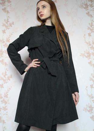 Шикарный тренч из мягкой ткани темно-серого цвета
