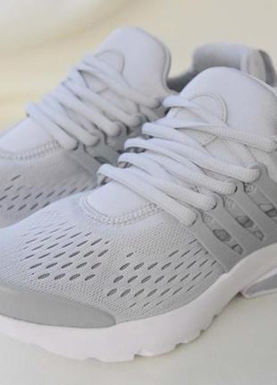 Летние практичные кроссовки с пластиковым носочком и пяткой