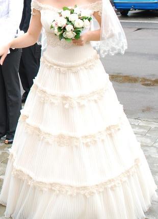 Нежное свадебное платье с открытыми плечами