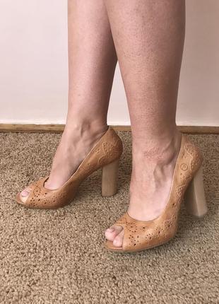 Фантастические туфли босоножки с перфорацией и открытым носком из натуральной кожи