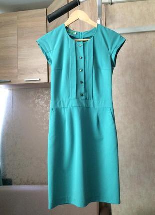 Зеленое платье-футляр