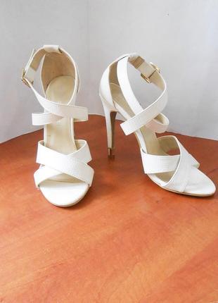 Фирменные белые босоножки koi couture, свадебные, р.39 код l3915