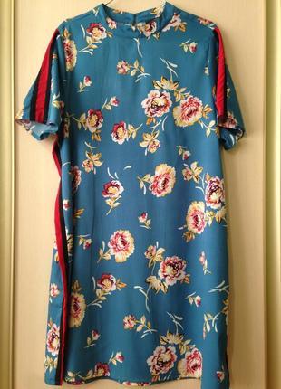 Стильное короткое платье с лампасами
