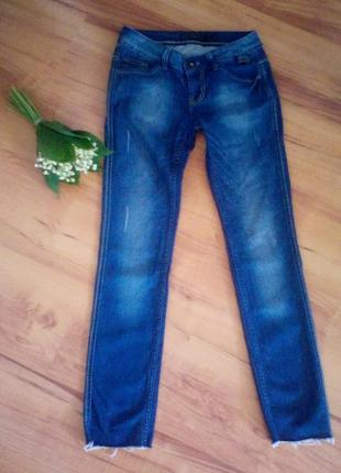 Узкие джинсы скинни с потертостями до косточек