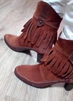 Новые кожаные сапожки с бахрамой