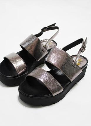 Женские золотистые (бронзовые) босоножки (сандалии) на черной толстой подошве