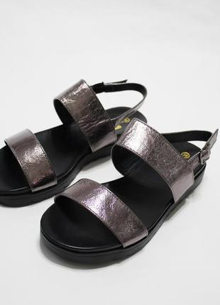 Распродажа! женские золотисто-бронзовые сандалии (босоножки) на черной плоской подошве