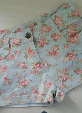 Стильные джинсовые шорты в цветочный принт
