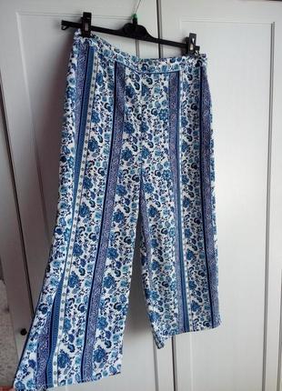 Интересные укороченные брюки из лёгкого материала