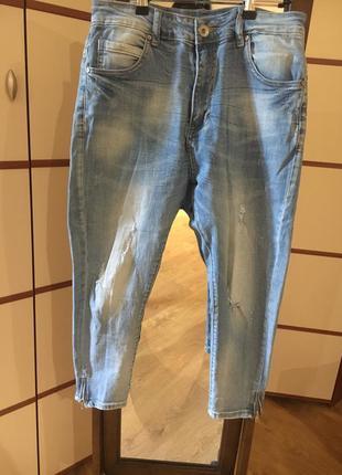 Светлые джинсы с  мотней на молнии