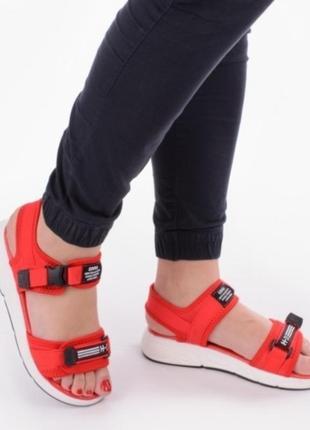 Красные спортивные  босоножки в спортивном стиле