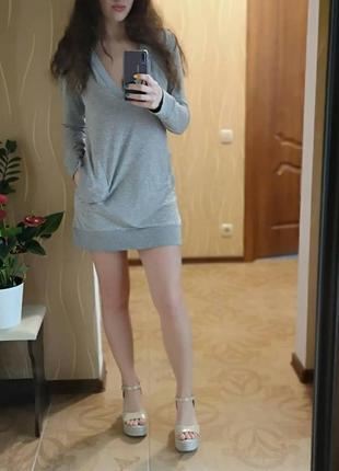 Короткое светло-серое платье с глубоким капюшоном и декольте, с карманами. классное!