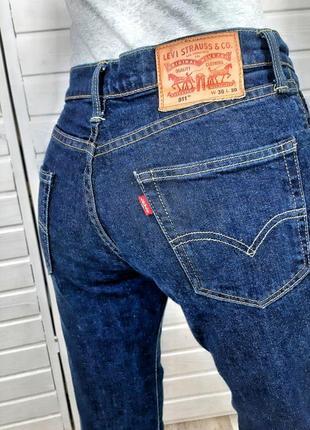 Синии джинсы levi