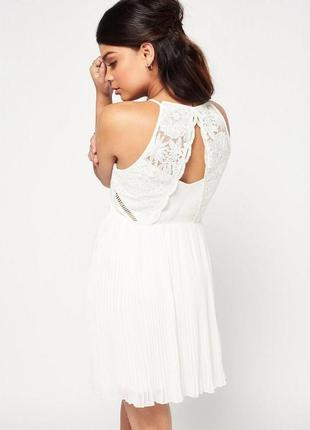 Нежное белое платье с ажурным верхом
