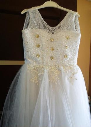 Нарядное белое платье с фатиновой юбкой и корсетом