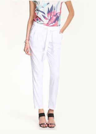 Длинные летние легкие брюки белые с защипами и поясом с высокой посадкой