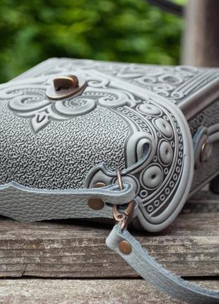 Сумка-рюкзак кожаная женская серая с орнаментом бохо стиль4 фото