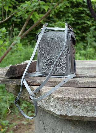Сумка-рюкзак кожаная женская серая с орнаментом бохо стиль3 фото