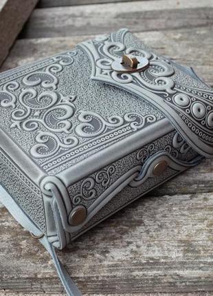 Сумка-рюкзак кожаная женская серая с орнаментом бохо стиль5 фото
