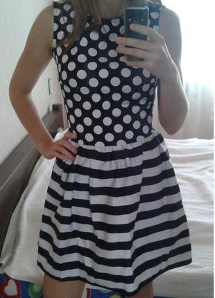 Бело-синее расклешенное платье