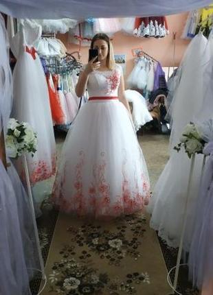 Свадебное платье с красным цветом