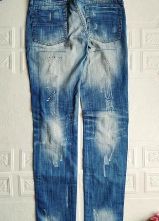 Прямые джинсы с потертостями и стразами5 фото