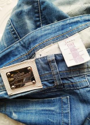 Прямые джинсы с потертостями и стразами9 фото