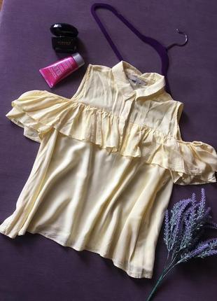 Красивая желтая блуза с открытыми плечиками и рюшами clockhouse