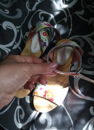 Кожаные босоножки на деревянной танкетке цветочный принт