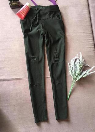 Актуальные штаны со рваностями и высокой посадкой