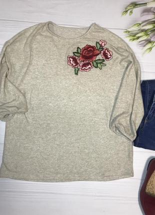 Романтичний приємний светр з вишивкою
