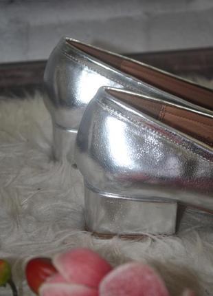 Серебристые туфли на низком каблучке4 фото