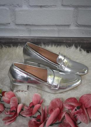 Серебристые туфли на низком каблучке2 фото