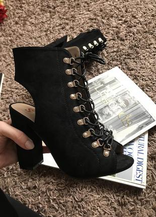 Черные босоножки на каблуке с завязками