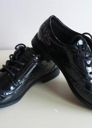 Школьные лаковые туфли-броги на девочку marks & spencer