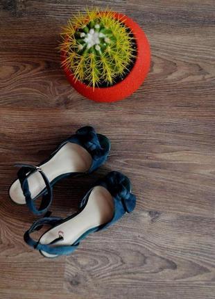 Летние босоножки на высоком каблуке.