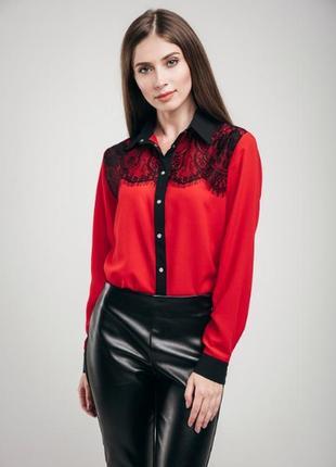 Красивая красная блуза с черным кружевом