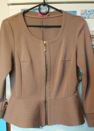 Укороченый бежевый кофейный жакет пиджак кардиган на молнии с оборкой волан с баской4 фото