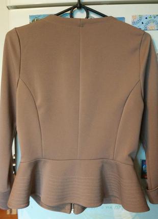 Укороченый бежевый кофейный жакет пиджак кардиган на молнии с оборкой волан с баской5 фото